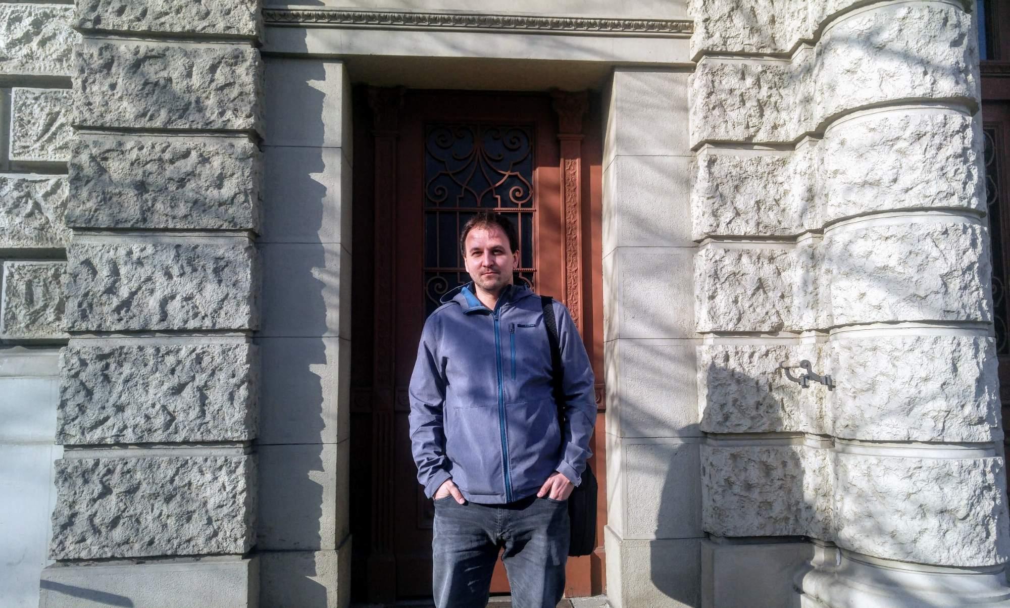 Politolog Peter Spáč před Fakultou sociálních studií Masarykovy univerzity