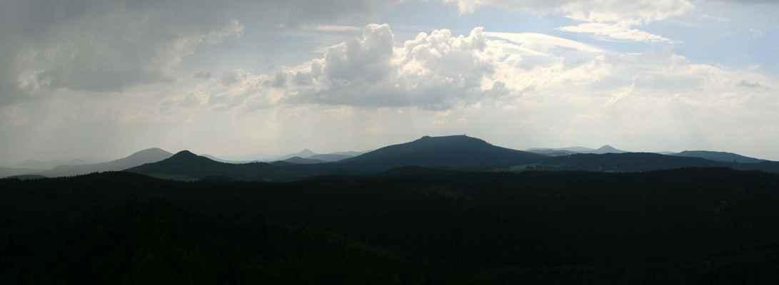 ...mraky se nakupily, na levé straně už leje, já ujíždím z Popovy skály do Hrádku...