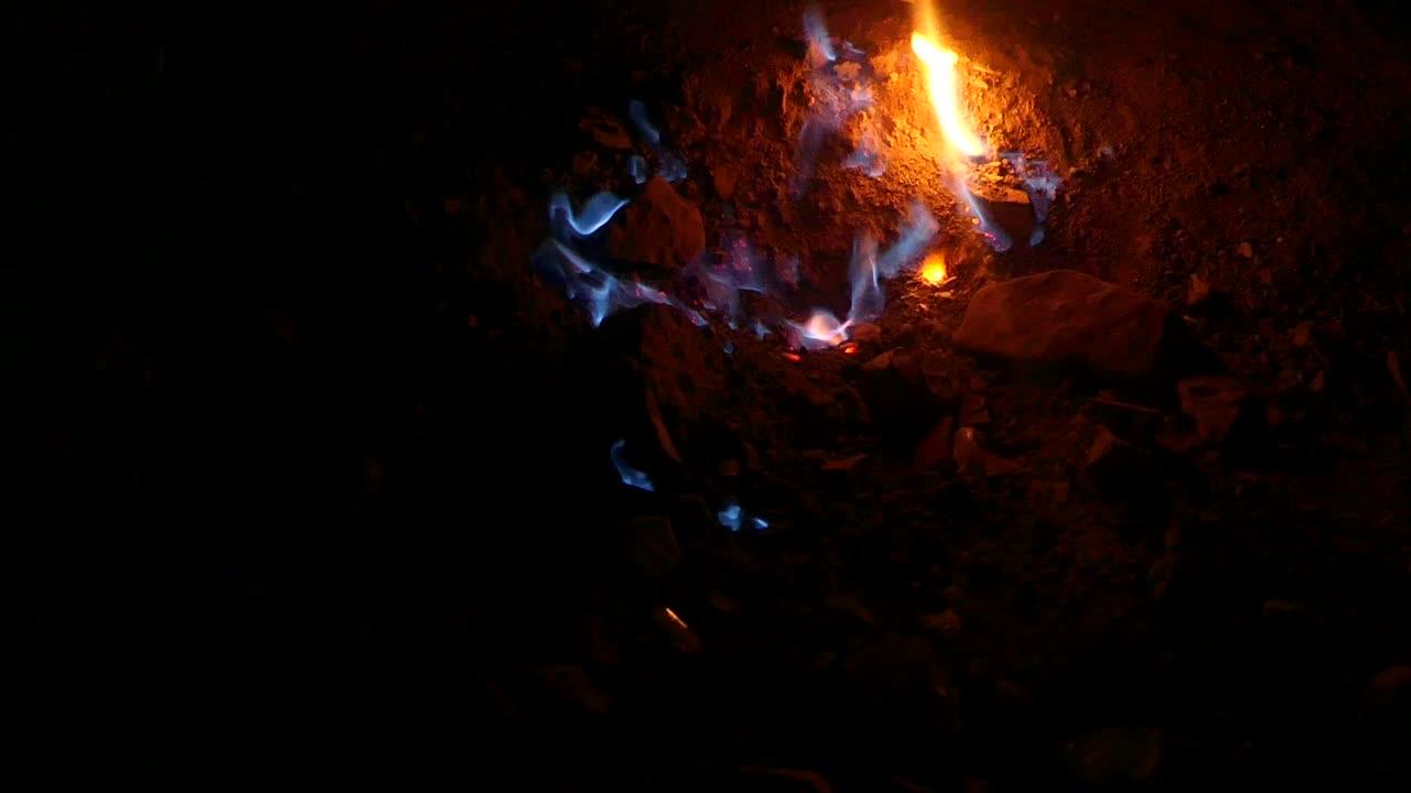 Na závěr video toho, jak plamínky běhaly. Proto se tomu asi říká Focul Viu, Živý plamen.