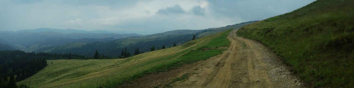 Na hory se žene déšť, snažíme si pohnout a najít dobrej flek na stan.