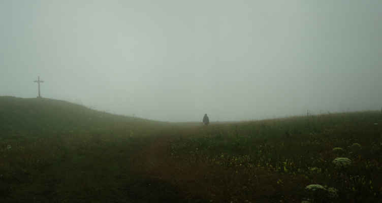Kříž na hoře Paganilor. Ještě furt prší.