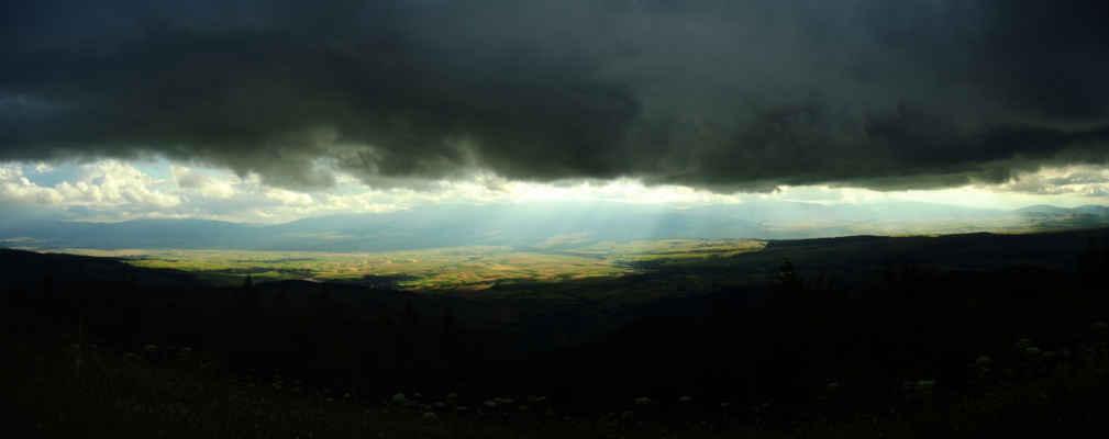 Naproti jsou hory Ghurghiu, sopečné karpatské pohoří.