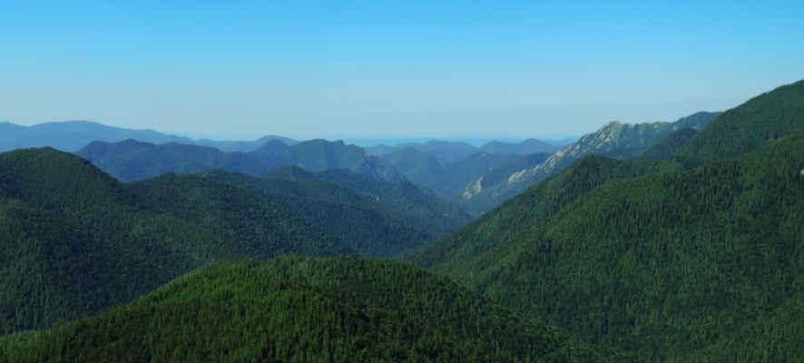 Údolí velké Tišice, vpravo od skalnatého hřebínku jsme spali...