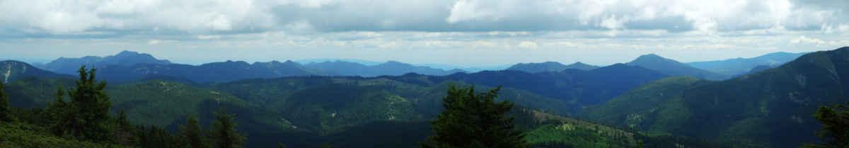 Díky tomu, že Lakauci je druhá nejvyšší hora (1777 m), dělají se panoramata, pokud přecházející studená fronta dovolí. Přišli jsme po hřebenech vlevo.