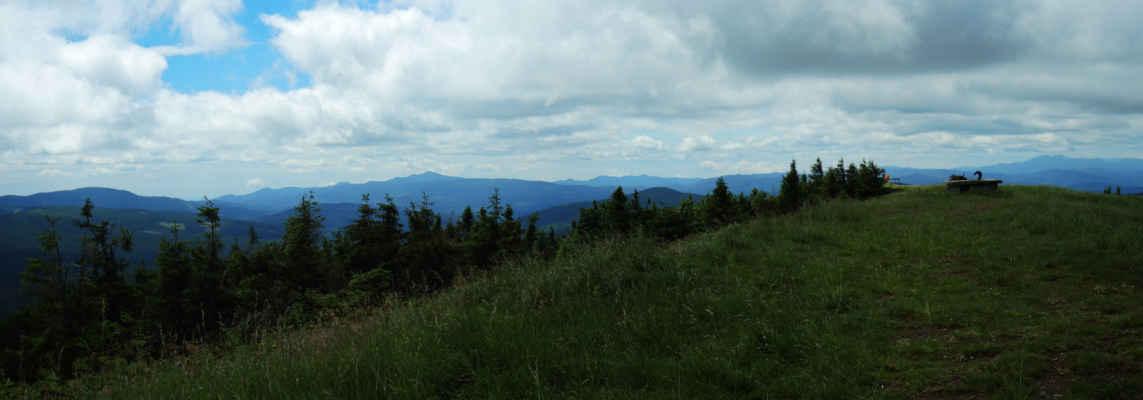 Vršek, vlevo pohoří Penteleu, vpravo vzadu Siriu.