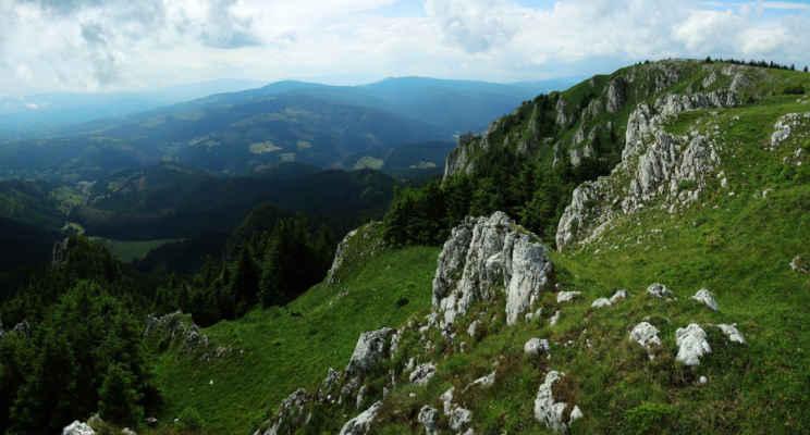 Vrcholové partie a výhled z hory Hašmašul Mic