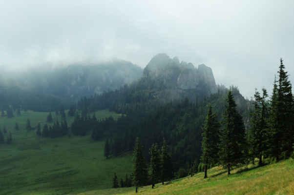 Ráno pokračuje dál, hory jsou v mlze
