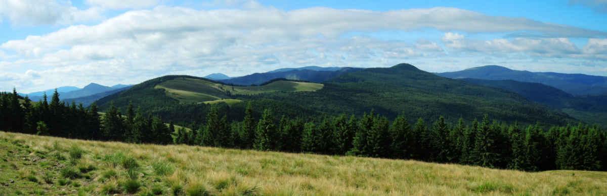 Panoráma Vrancei na rozloučenou, než zapadneme do lesa a slezeme na sedlo.