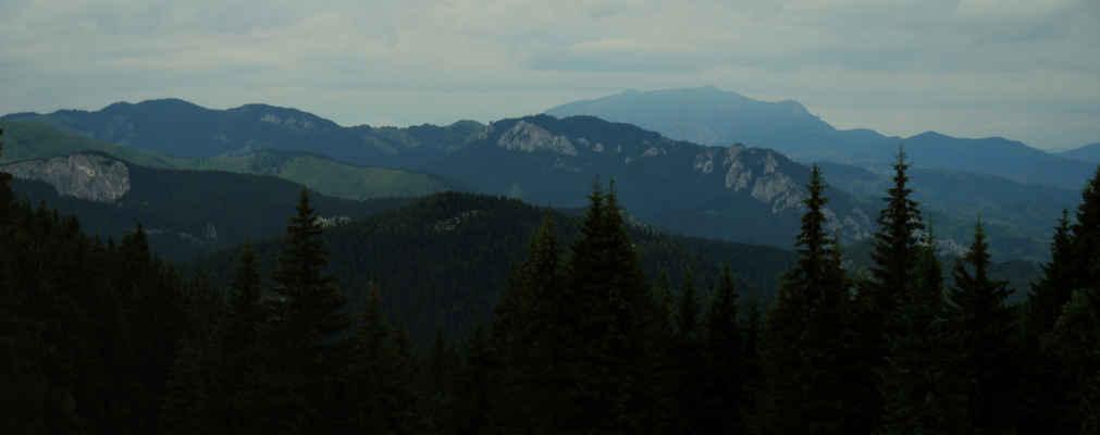 Obzoru kraluje pohoří Ceahlau (čti Čáhlau)
