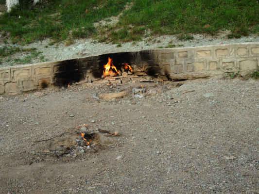 """Focul Viu znamená """"živý oheň"""". Na úhoru v sesuvném území tu tryská ze země zemní plyn, který sám od sebe hoří. Lokalita je živá a ohně se posunují. Kdysi jsem viděl fotky, kde byly hlavní plameny uprostřed ohrádky."""