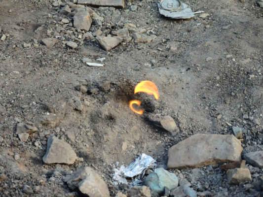 Zemní plyn obsahuje malou příměs fosforu, která způsobuje, že plyn na styku s kyslíkem hoří. Pokud plameny ulije silný déšť, nebo sfoukne silný vítr, vždycky se samy od sebe zapálí. V okolí jsou údajně další výrony zemního plynu, které ovšem nehoří a po zapálení časem zhasnou