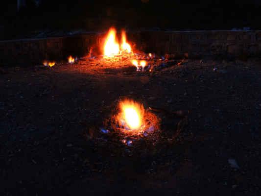 Nejkrásnější pohled na plameny je po setmění.