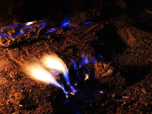 Za tmy se objevily plamínky i tam, kde za světla nebyly vidět.