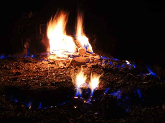 Su zvědavej, za jak dlouho oheň přeleze na druhou stranu zídky.