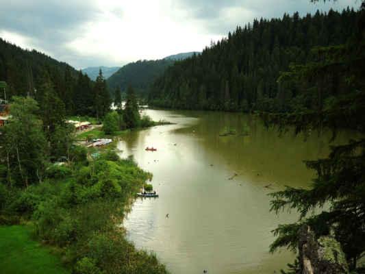 Lacu Roşu vzniklo po sesuvu v roce 1837 a zadržuje půl miliónu kubíků vody
