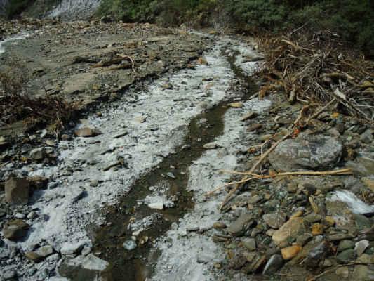 Střih o někoik hodin a 150 km. To není led, ale výkvěty soli u slaného potoka poblíže vsi Lopatari