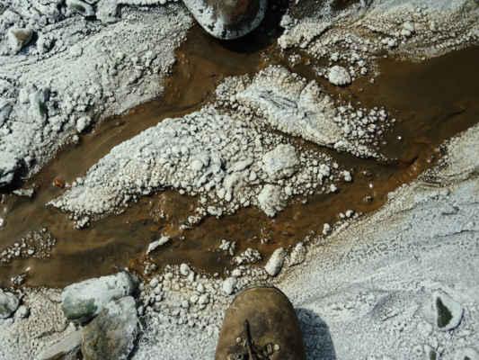 Nachází se zde další geologický div: solný peň se solným krasem a průvodníma jevama jako slané potoky a řeka, slané studny.