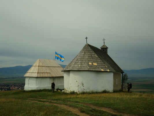 Kaple svaté Anny a číkská vlajka místní maďarské menšiny