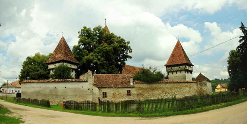 Závěr vandru, nabližujem se Rumunskem na západ, objíždíme sedmihradské opevněné kostely. Tenhle je ve vsi Cinşor.
