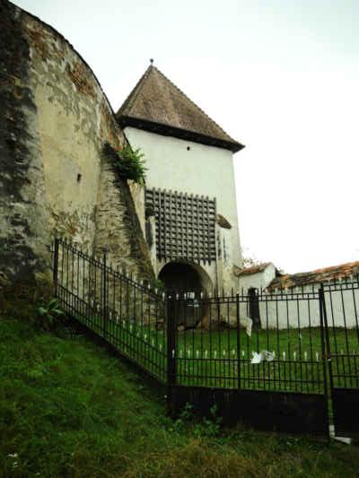 Opevněný kostel ve vsi Hoşman má na bráně dokonce zachovalo padací mříž.