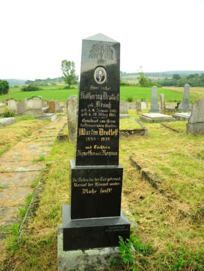 Na hřbitově za kostelem