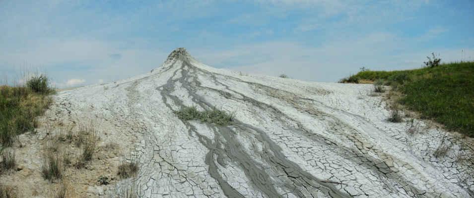 Na uschlém bahně se bělá vrstvička soli.