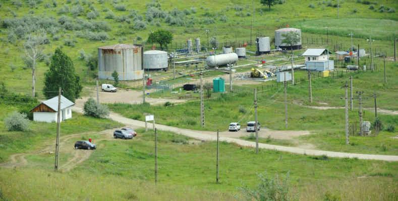Stáčecí uzel pod Piclele Mari, sem míří ropovody od ropných vrtů.
