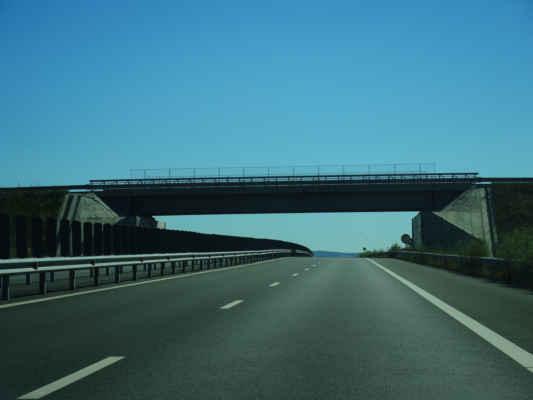 Nová pěkná dálnice někde pod Aradem, je vidět že nadjezdy jsou z prefabrikátů.