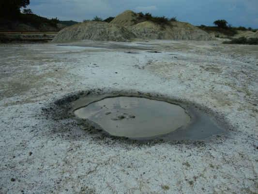 Díky jílovitějším horninám v okolí tady bahno netvoří kužele, ale takovou rozplizlou placku