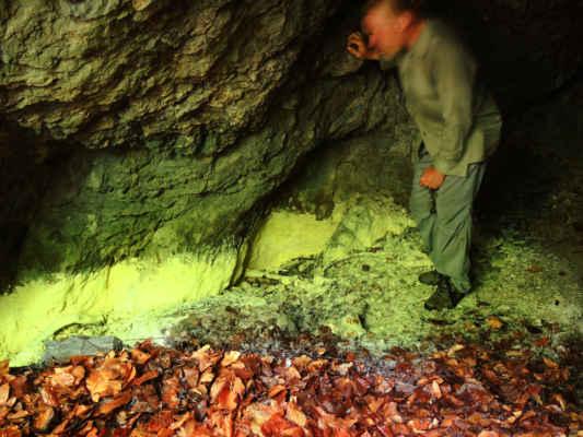 Hora Puturosu a její sirné sluje, kde hladinu směsi oxidu uhličitého a sirovodíku ukazuje neřetelná čára na stěně sluje. Hranice mezi životem a smrtí.