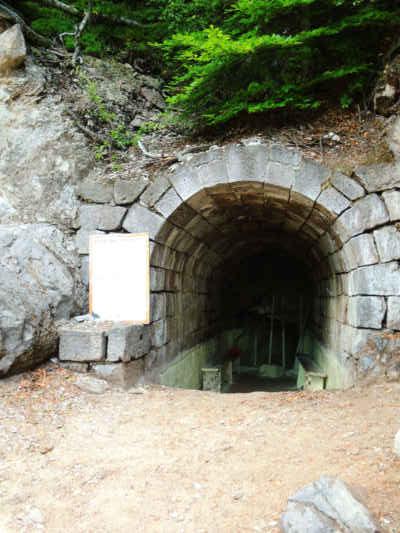 Jeskyně Puturosu. Už v 19. století byly místní plyny používány pro kůru v plicním sanatoriu proti tuberkulóze. Má to logiku. Po vdechnutí do plic se sirovodík oxiduje na oxid siřičitý a vodu. Kyselý oxid siřičitý bakterie nemají rády...
