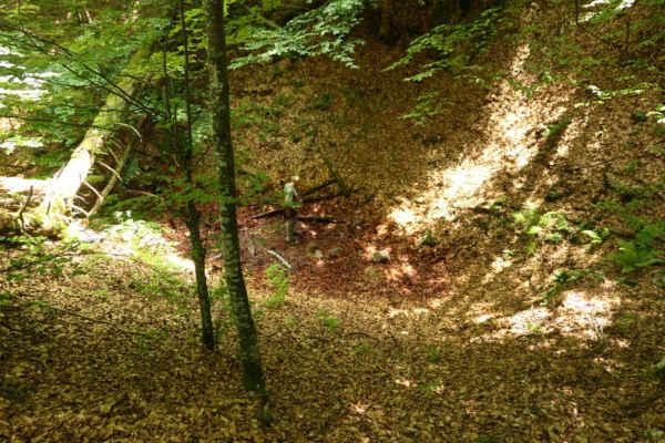 O kousek vedle je slavný Ptačí hřbitov u Vražedné jeskyně. Vlhké úžlabí, kde se hromadí plyny, pod jeijichž neviditelnou hladinou číhá smrt.
