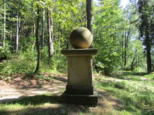 """Původní pomník s názvem """"Franzensstein"""" byl postaven v 1. polovině 19. století. Na dochovaném základním kvádru byl 31. prosince 1999 odhalen Pomník Milénia."""
