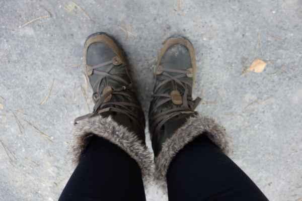 V zimě je pro největší zlo zmrzlé nohy. Loni jsem vyhodila svoje zimní tretry - ty už měly tak ohoblované podrážky, že jsem na nich byla jak na ledu. Letos jsem se tretry ani nesháněla a zvolila jsem obuv sice netradiční, nicméně velmi funkční. Fakt nezáblo :o)))