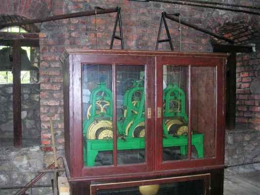 Hodinový stroj v gotické Piastovské věži v polském Těšíně. Hodiny vytvořila společnost Thöndel z moravského města Uničov, která se zabývala stavbou a opravami unikátních věžních hodin nepřetržitě od r. 1847 do r. 1938 v rakousko-uherské monarchii a po 1. světové válce v České republice. Poslední velkou zakázkou provedenou společností Rudolfa Thöndela v r. 1934 byly hodiny na radniční věži v Uničově (u Olomouce).