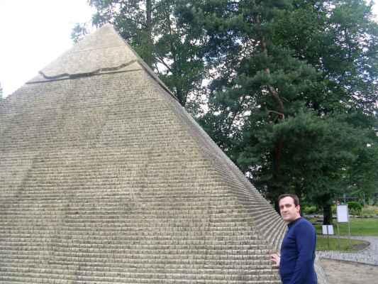 Pod pyramidou snů a trpkých, marných životů Pod pyramidou snů a křehkých krásných prožitků