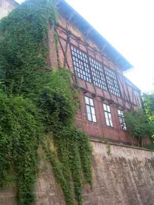 Städtisches Bräu und Malzhaus - Obecní pivovar a sladovna v Těšíně. Ul. Przykopa v tzv. Těšínských Benátkách. Komplex budov byl postaven na přelomu 18. a 19. stol. a později byl přestavován v 19. a 20. stol. Budovy sloužily měšťanskému pivovaru. Poslední zmínka o pivovaru na ul. Śrutarska/ul. Przykopa se objevuje v r. 1909. Před r. 1913 zde bylo otevřeno kino s názvem Divadlo. Těšínští mu říkali Elektrické divadlo. Krása tohoto místa vyniká z ul. Przykopa. Dominantní je stará cihlová fasáda s dřevěnými trámy nebo tzv. pruskou stěnou. Opěrná zeď v ul. Przykopa byla postavena na přelomu 18. a 19. stol. Před 1. světovou válkou byl na přilehlých terasách pivní bar, lidé zde trávili letní odpoledne při poslechu hudby živého orchestru. Mnoho let bylo velkým problémem určit vlastnictví budov, protože majitelů komplexu bylo více než sto. V současnosti patří celý areál městu. Bývalý pivovar je zchátralý. Čeká na nového majitele, který by mu vrátil někdejší kouzlo a atmosféru. Genius loci tohoto místa si to zaslouží.