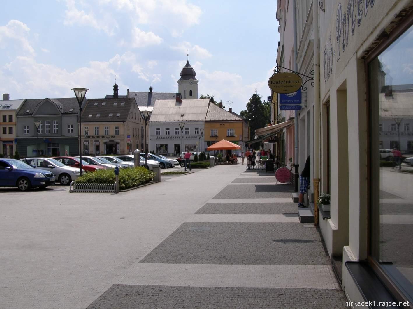 Hlučín - Mírové náměstí 01 - roh náměstí s kostelem sv. Jana Křtitele