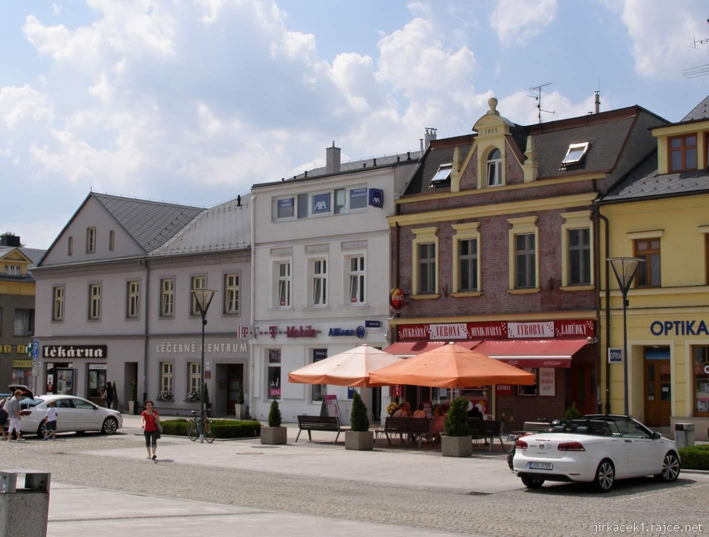 Hlučín - Mírové náměstí 07 - domy na náměstí - T mobile, lékárna, léčebné centrum, Optika, výrobna Verona