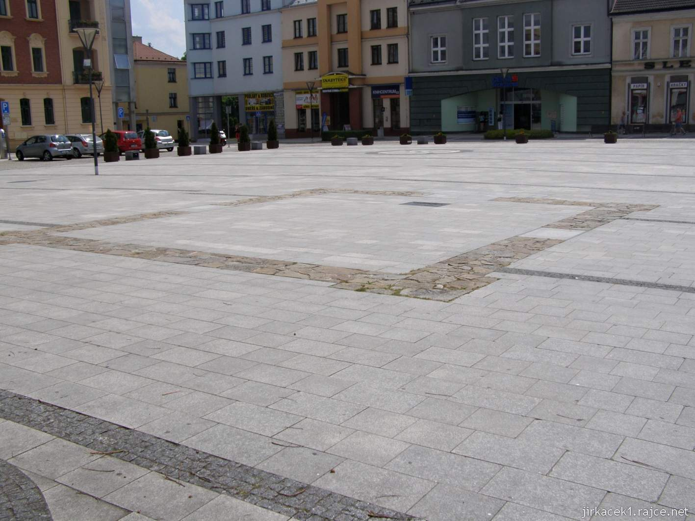 Hlučín - Mírové náměstí 09 - obrysy bývalé kaple sv. Jana Nepomuckého a vzadu studny ve středu náměstí