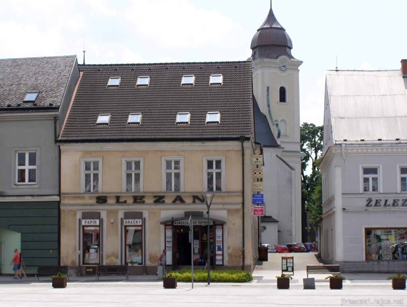 Hlučín - Mírové náměstí 10 - dům Slezan a vzadu kostel sv. Jana Křtitele