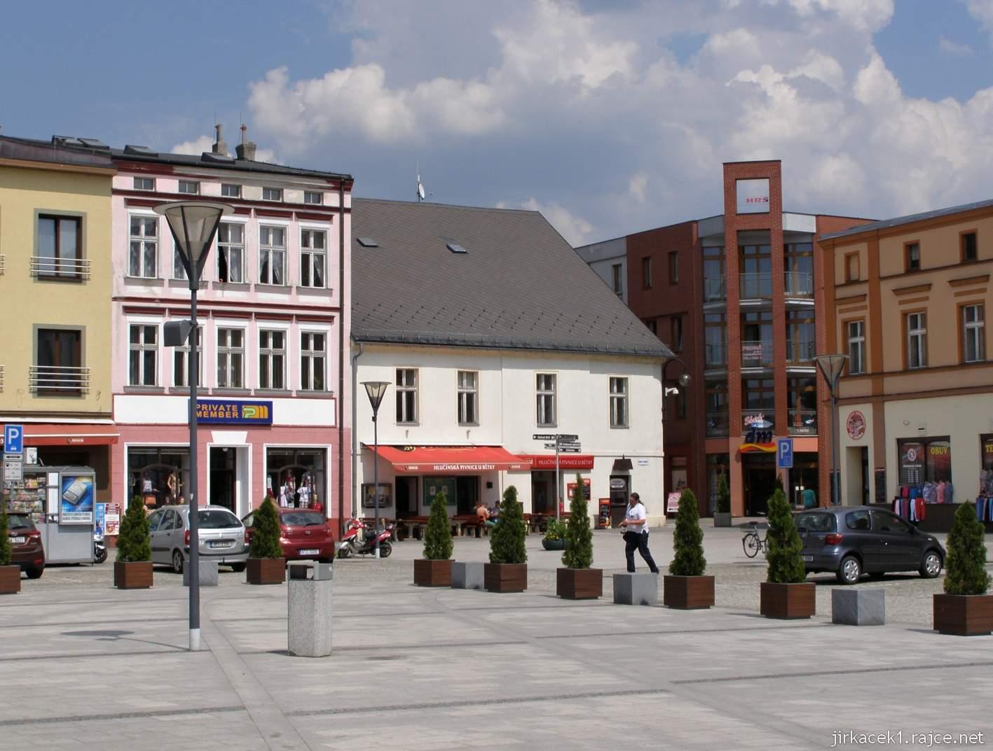 Hlučín - Mírové náměstí 14 - roh náměstí a naše auto