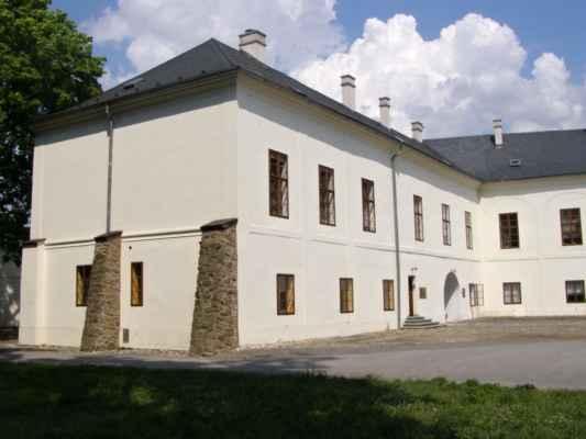 Hlučín - zámek a muzeum - křídlo zámku s opěráky