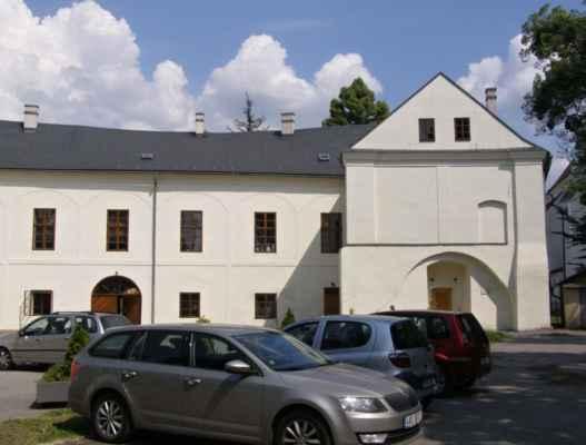 Hlučín - zámek a muzeum - druhé křídlo zámku s vchodem