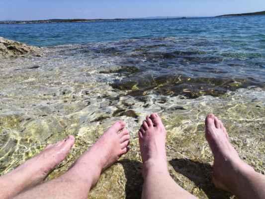 hned první den a úráz. Kuba si vyvrkl kotník, takže tempem plížícím a chlazením ve vodě.