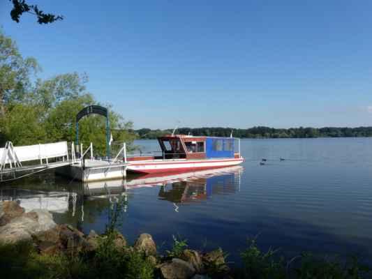 Přes Munický rybník se dá podniknout plavba lodí, od ZOO až víceméně ke kruhovému objezdu u Hluboké, kde je parkoviště a odkud se stoupá k zámku Hluboká.