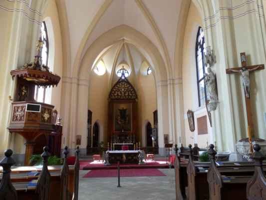 Pseudogotický kostel sv. Jana Nepomuckého ve městě Hluboká nad Vltavou byl otevřený a přístupný.