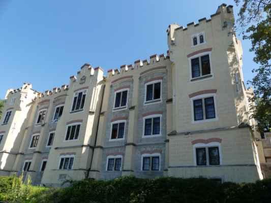 K zámku Hluboká je to docela do kopce. Dnešní hotel Štekl býval obytnou budovou pro nejvyšší knížecí úředníky a knížecího lékaře.