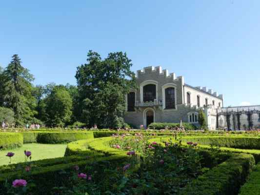 Bývalá jízdárna u zámku Hluboká v místě bývalého předhradí. Dnes tu sídlí Alšova jihočeská galerie.