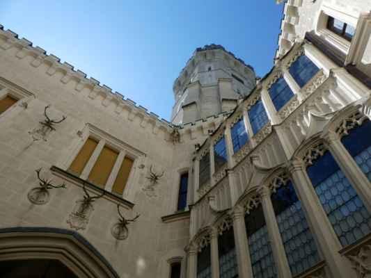 """O romantické přestavbě zámku Hluboká viz úvodní text v záložce """"O albu"""". Koukala jsem a koukala, co bych tak vyfotila - a bez ohledu na pro mě nezvyklý počet návštěvníků, mně se ta stavba prostě nelíbila."""